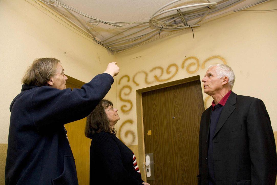 Mietrechtsexperte Peter Palatzky (r.) setzt sich für Mieter in Not ein ... - Bildquelle: SAT.1