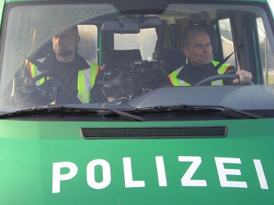 """Ihr """"Revier"""" ist die A 1 - und ihr Job ist gefährlich: Stephan B. (l.) und Uwe S. (r.) sind Hauptkommissare bei der Autobahnpolizei Münster ... - Bildquelle: SAT.1"""