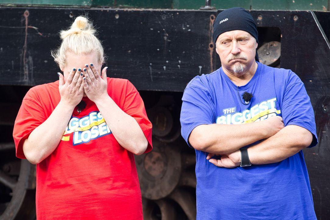 Das Entsetzen ist ihnen ins Gesicht geschrieben, als Martina (l.) und Bernhard (r.) erfahren, dass sie einen tonnenschweren Zug ziehen müssen ... - Bildquelle: Enrique Cano SAT.1
