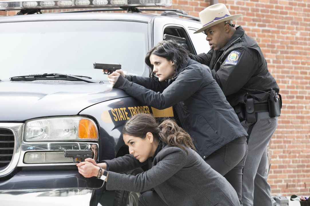 Kaum ein neues Tattoo entziffert, da geraten Jane (Jaimie Alexander, M.) und Zapata (Audrey Esparza, l.) schon in einen Amoklauf an einer Uni. Könne... - Bildquelle: Warner Brothers