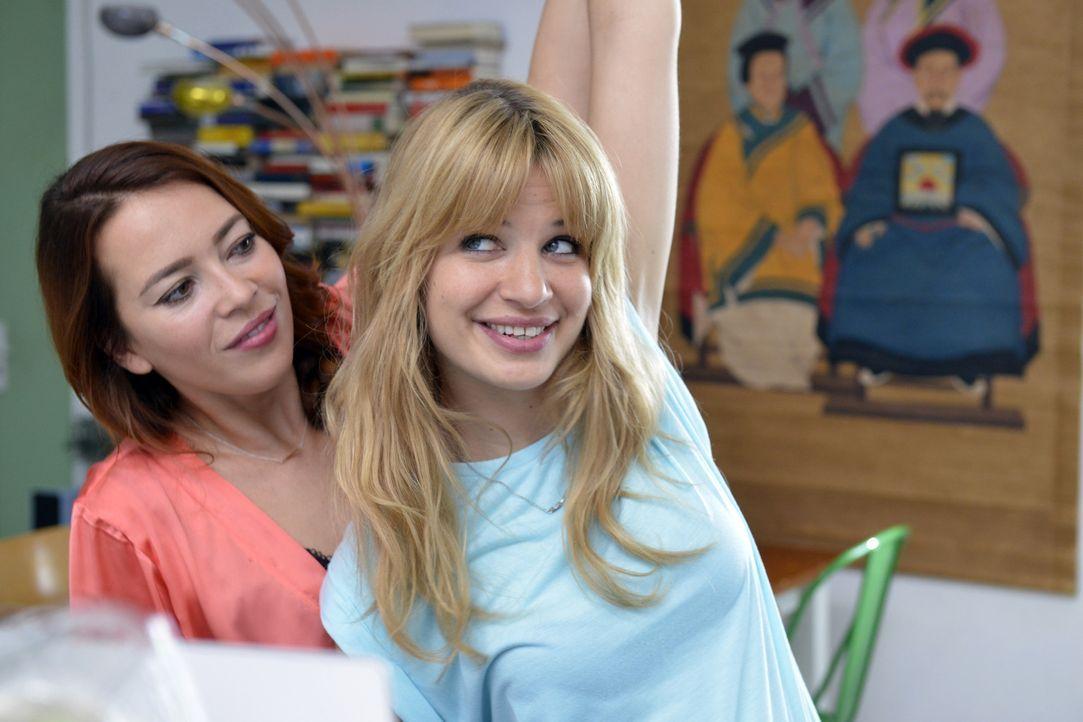 Eigentlich ist sich Mila (Susan Sideropoulos, r.) nicht sicher, ob sie online über ein Dating-Portal ihren Traummann suchen soll. Doch Sally (Laura... - Bildquelle: Oliver Ziebe SAT.1