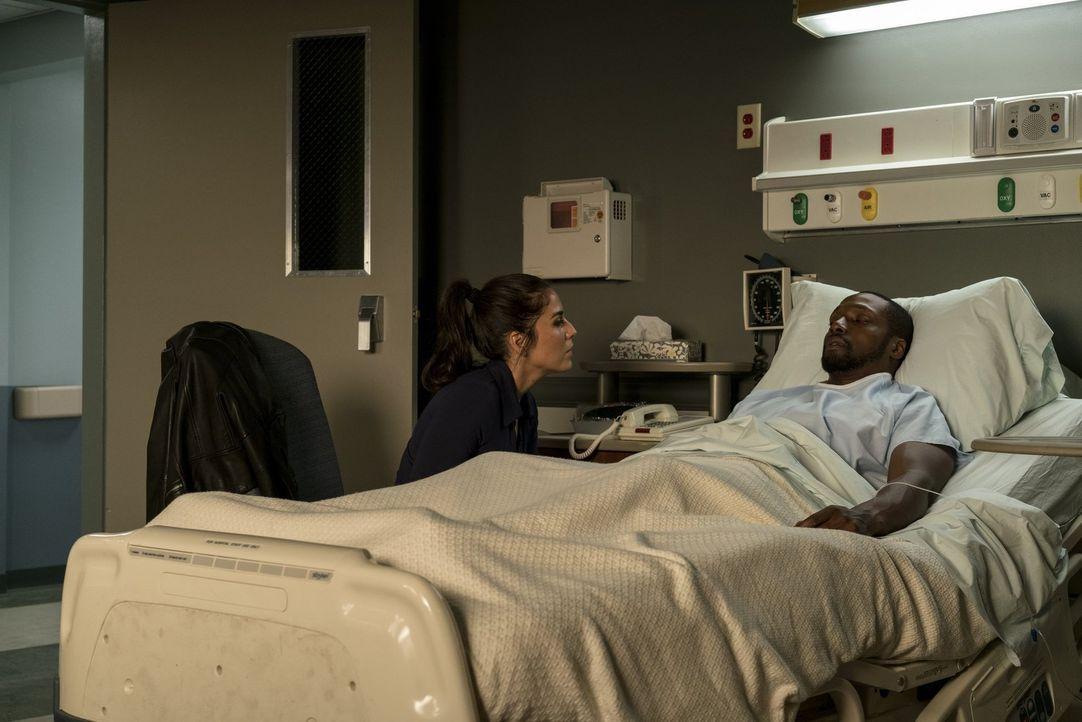 Nachdem es Tasha Zapata (Audrey Esparza, l.) gelungen ist, Edgar Reade (Rob Brown, r.) und die anderen Teammitglieder zu retten, bleibt ihr nicht vi... - Bildquelle: Warner Brothers