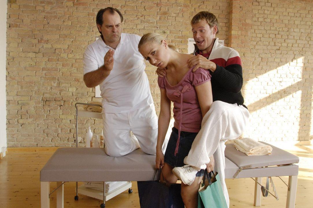 Viel Pech in der Comedy-WG: Janine (Janine Kunze, M.) muss zum Masseur (Markus Majowski, l.), dem schnell klar wird, warum sie einen verspannten Rü... - Bildquelle: Sat.1