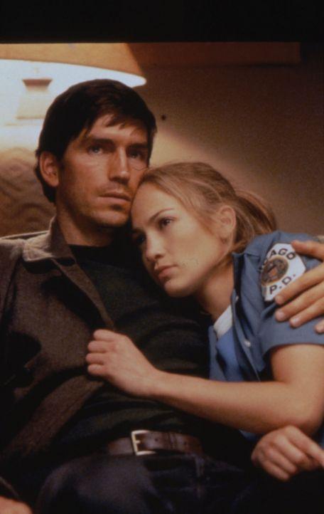 Zwei einsame Seelen, die einander helfen: Sharon (Jennifer Lopez, r.) und Catch (James Caviezel, l.) ... - Bildquelle: Warner Bros.
