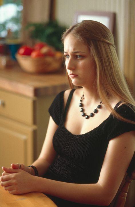 Trotz aller Aufmerksamkeiten und großzügiger Geschenke ahnt Ruby (Leelee Sobieski) schon bald, dass mit ihren Pflegeeltern irgendetwas nicht stimmt... - Bildquelle: 2003 Sony Pictures Television International. All Rights Reserved.