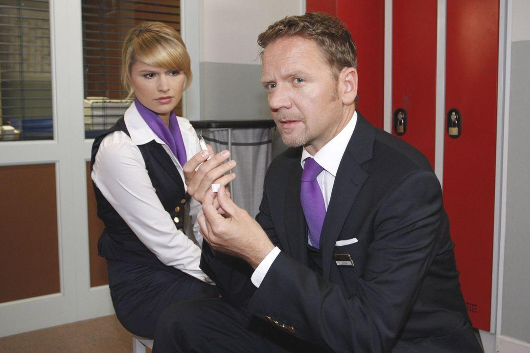 Als Jessica (Isabelle Ege, l.) traurig über den Abschied von Moritz nachdenkt, schnappt sie zufällig auf, dass Carlo (Mathias Kahler-Polagnoli, r.... - Bildquelle: SAT.1