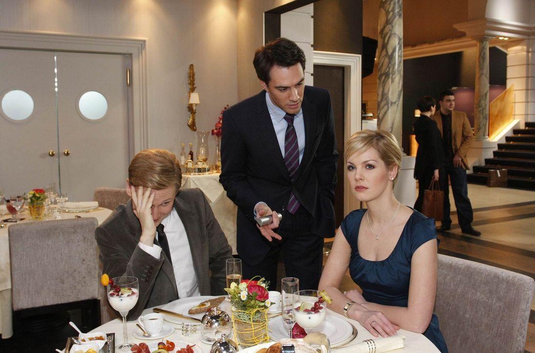 Alexandra (Ivonne Schönherr, r.) provoziert Mark (Arne Stephan, M.) weiterhin und untermauert ihre angebliche Affäre mit Philip (Philipp Romann, l... - Bildquelle: SAT.1