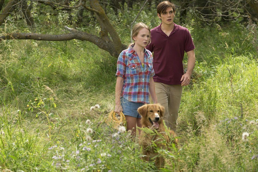 Hannah (Teenager) (Britt Robertson, l.); Ethan (Teenager) (K.J. Apa, r.) - Bildquelle: 2017 Constantin Film Verleih GmbH