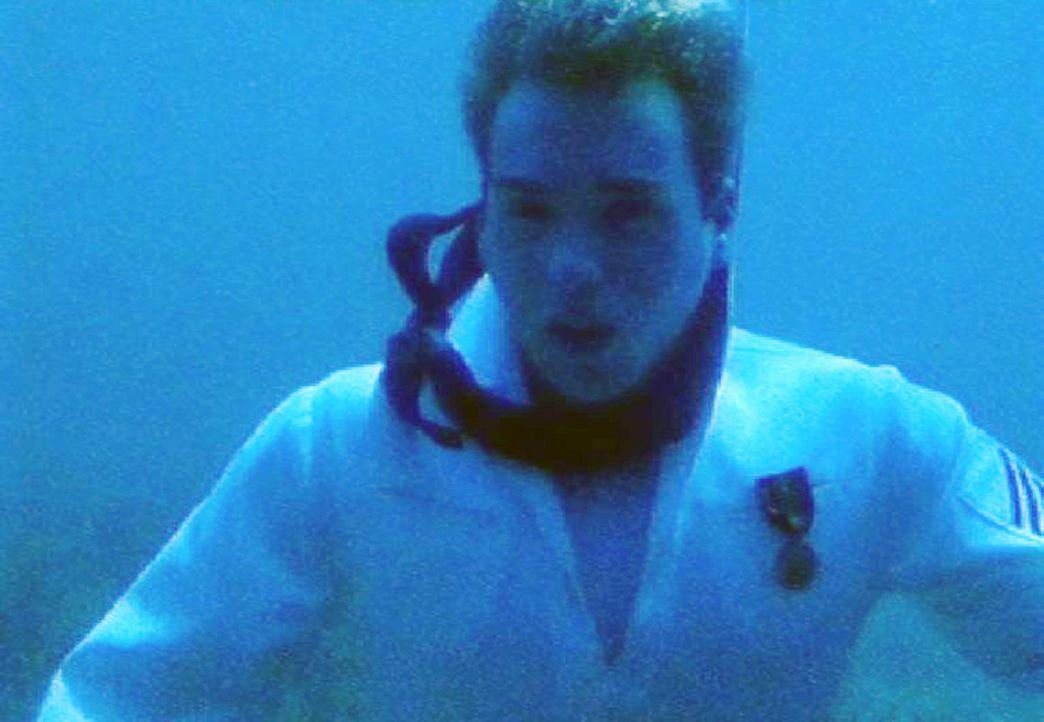 Seaman MacDonald (Chad W. Murray), ein Besatzungsmitglied des Zerstörers USS Foster, wird tot am Meeresboden gefunden... - Bildquelle: CBS Television