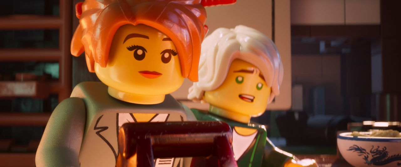 Koko (l.); Lloyd (r.) - Bildquelle: 2017 Warner Bros. Entertainment Inc. and Ratpac-Dune Entertainment LC. LEGO, the LEGO logo, the Minifigure and NINJAGO are © & TM of the LEGO Group.
