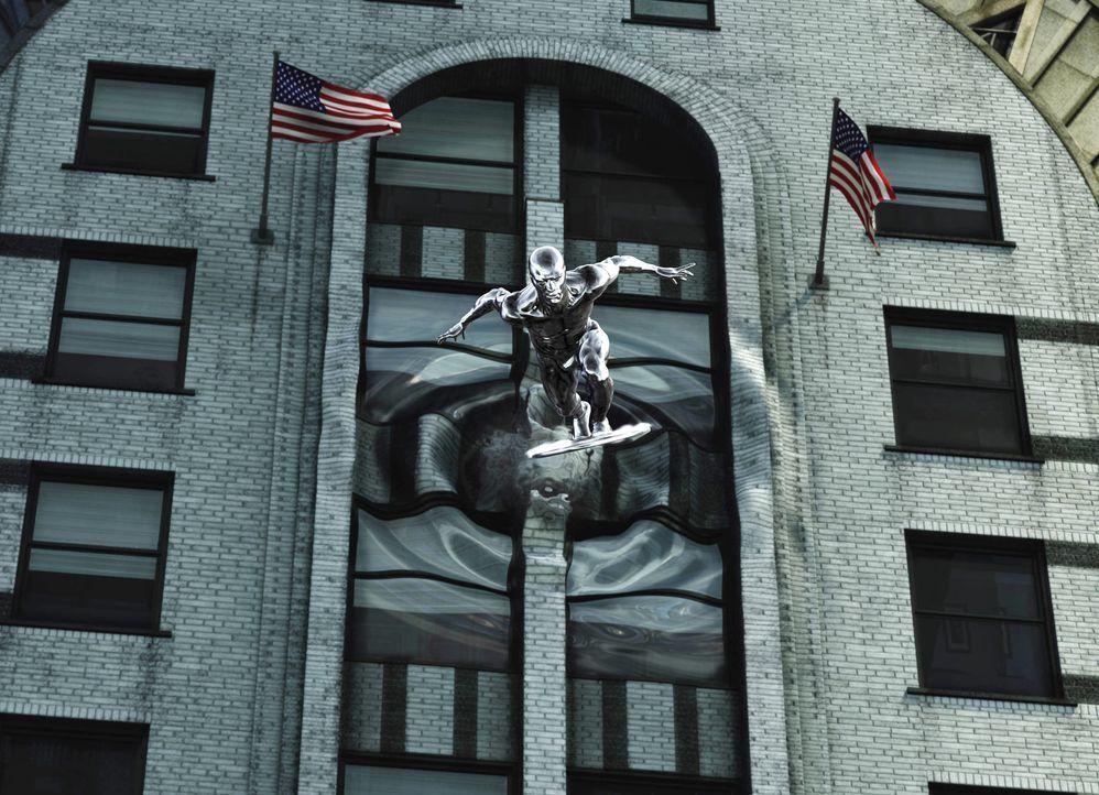 """Erst allmählich erkennen die """"Fantastic Four"""", dass der """"Silver Surfer"""" (Doug Jones) nicht aus eigenem Antrieb Böses im Schilde führt ... - Bildquelle: Twentieth Century Fox"""