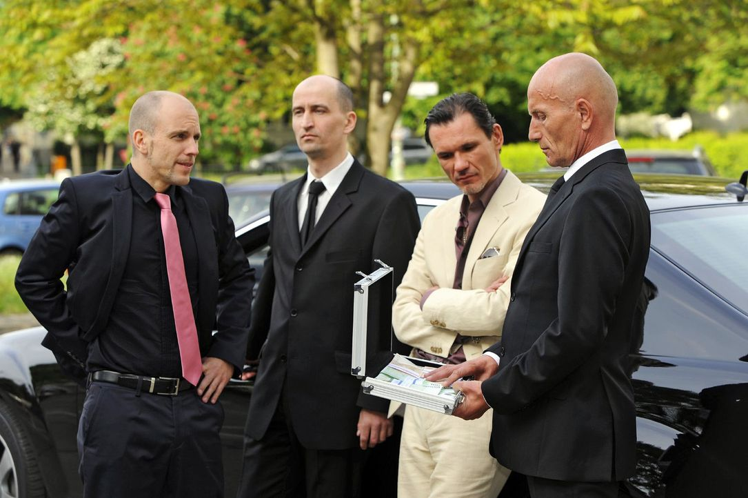 Gerrit (Lars Löllmann, l. ) gibt Igor (Dimitri Bilov, 2.v.r.) das Geld zurück, doch dieser besteht auf seine Zinsen. - Bildquelle: Sat.1