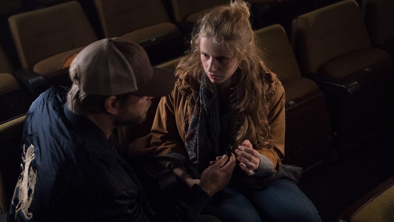 Heimlich trifft sich Anger (Henning Baum, l.) mit seiner Tochter (Katharina Stark, r.) in einem dunklen Kino, um ihr etwas Wichtiges zu übergeben ... - Bildquelle: Marc Reimann SAT.1/Marc Reimann