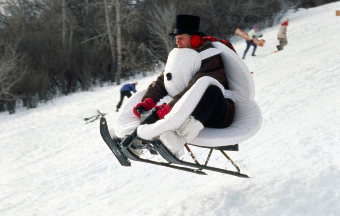 Auch TV-Wettermann Tom Brandston (Chevy Chase) hat großen Spaß im Schnee ... - Bildquelle: TM, ® &   2017 by Paramount Pictures. All Rights Reserved.