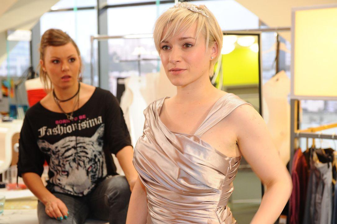 Olivia (Kasia Borek, r.) hat eingewilligt, sich von Bruno ein Hochzeitskleid schneidern zu lassen. Ehe sie sich versieht, findet Olivia sich in eine... - Bildquelle: SAT.1