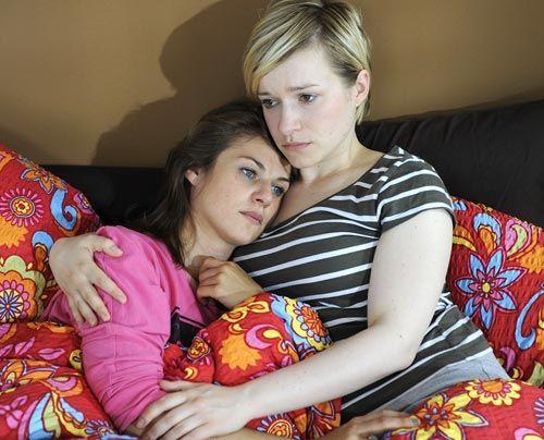 Jenny ist nach dem Tod ihrer Eltern am Boden zerstört. Emma kümmert sich liebevoll um sie ... - Bildquelle: Christoph Assmann - Sat1
