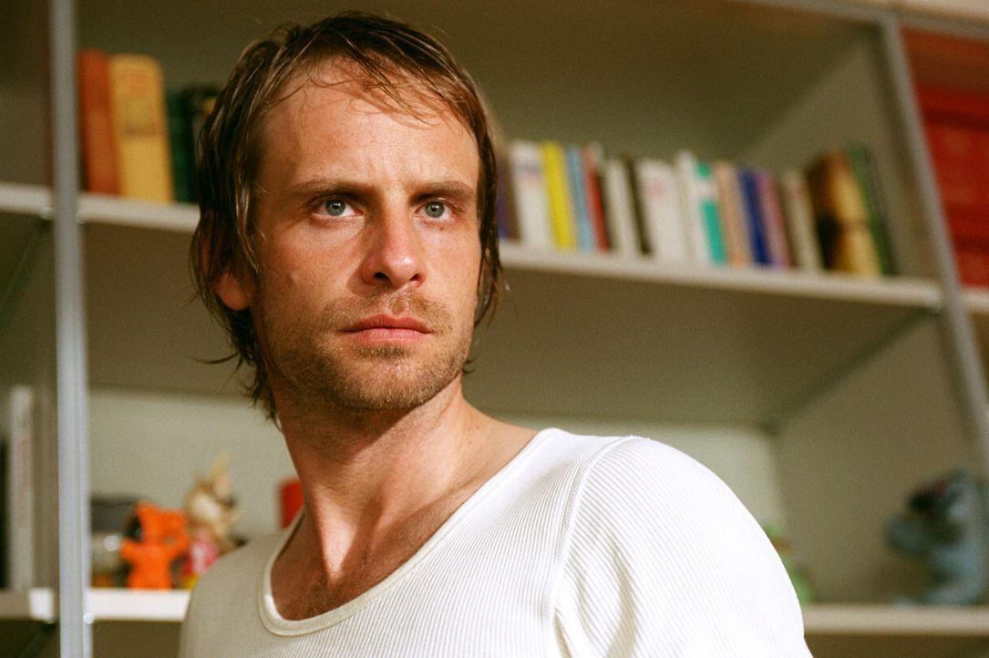 Kai Lohberg (Julian Weigend) bestreitet, etwas mit dem Mord an Schumann zu tun zu haben. - Bildquelle: Sat.1