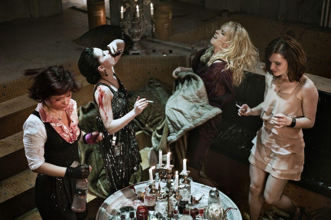 Partytime für vier Berliner Vampire: (v.l.n.r.) Nora (Anna Fischer), Charlotte (Jennifer Ulrich), Louise (Nina Hoss) und Lena (Karoline Herfurth) ... - Bildquelle: 2010 Constantin Film Verleih GmbH.