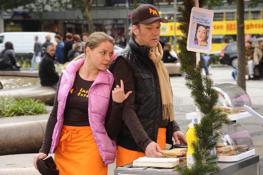 Katja (Karolina Lodyga, l.) begegnet Ken Wood zufällig wieder, als sie gerade mit Armin (Rainer Will, r.) Sandwiches verkauft. Sie versucht zwar au... - Bildquelle: SAT.1
