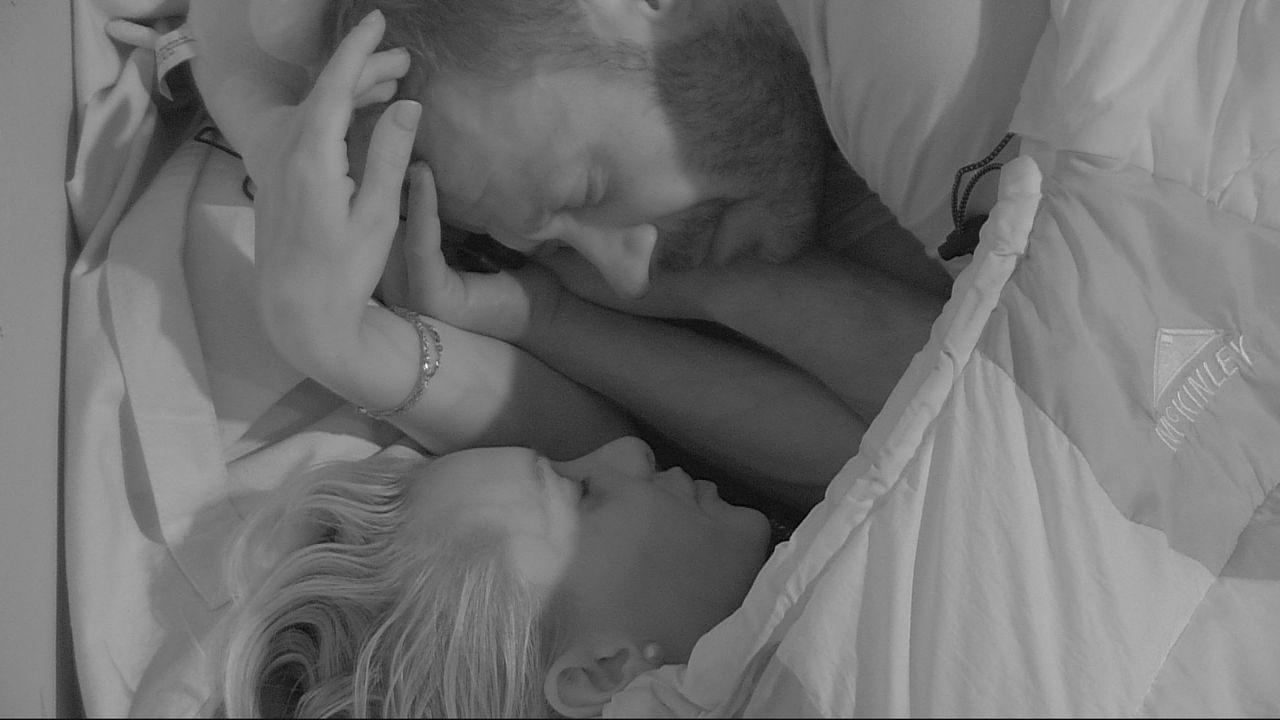 Willi und Evelyn im Schlafsack - Bildquelle: SAT.1