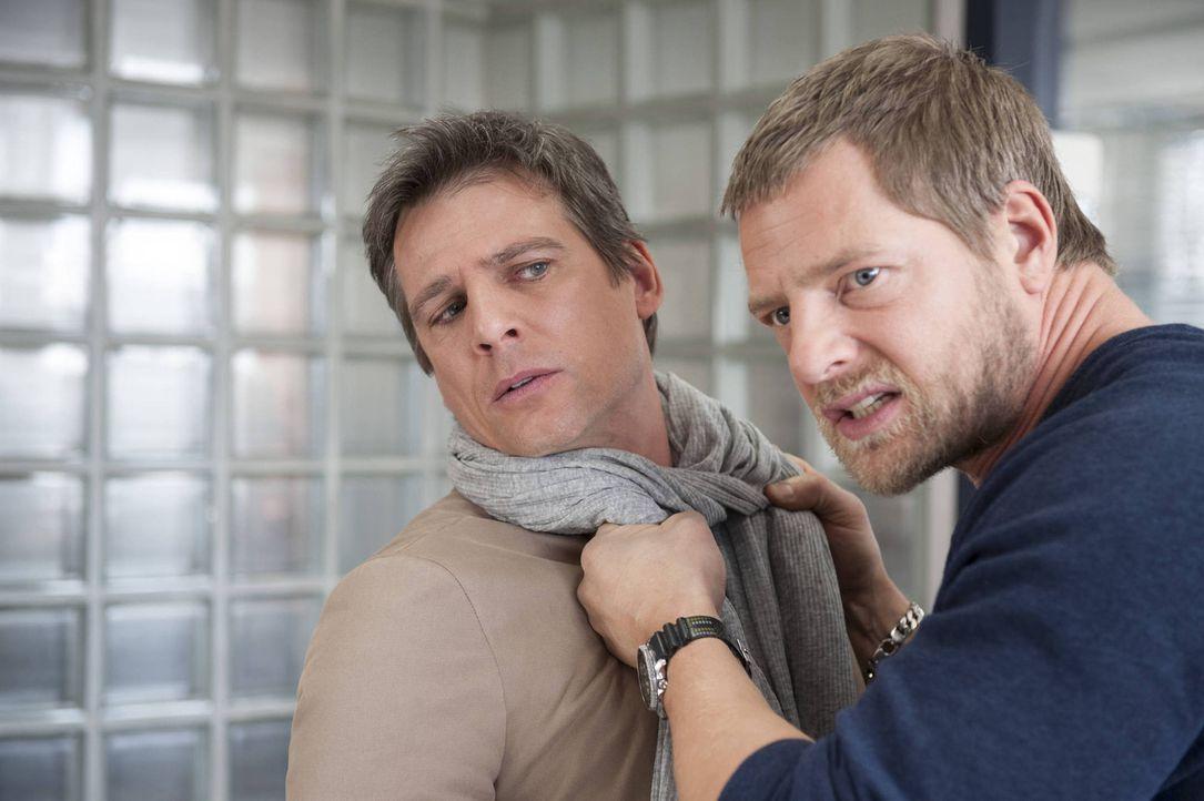 Geraten aneinander, weil der intrigante Heuchler Niklas Hold (René Steinke, l.) Tanja weismacht, dass Mick (Henning Baum, r.) rumerzählt, die Chef... - Bildquelle: Martin Rottenkolber SAT.1