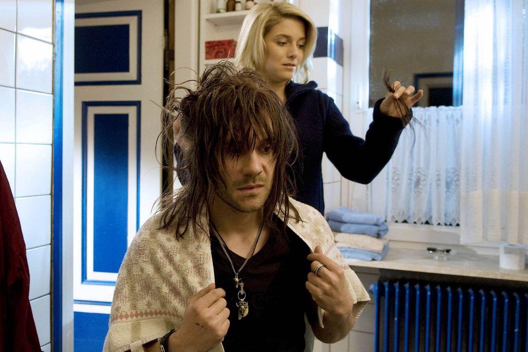 Für die neue Karriere: Chris (Jeanette Biedermann, hinten) verpasst dem ruppigen Rockstar Mark (Daniel Wiemer, vorne) eine neue Frisur ... - Bildquelle: Christine Schröder SAT. 1