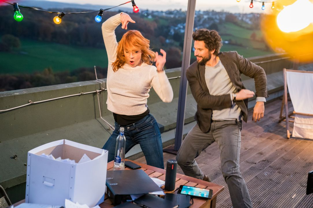 Aktenvernichtungsparty? Elena (Annika Ernst, l.) und Einstein (Tom Beck, r.) feiern auf der Dachterrasse ... - Bildquelle: Wolfgang Ennenbach SAT.1