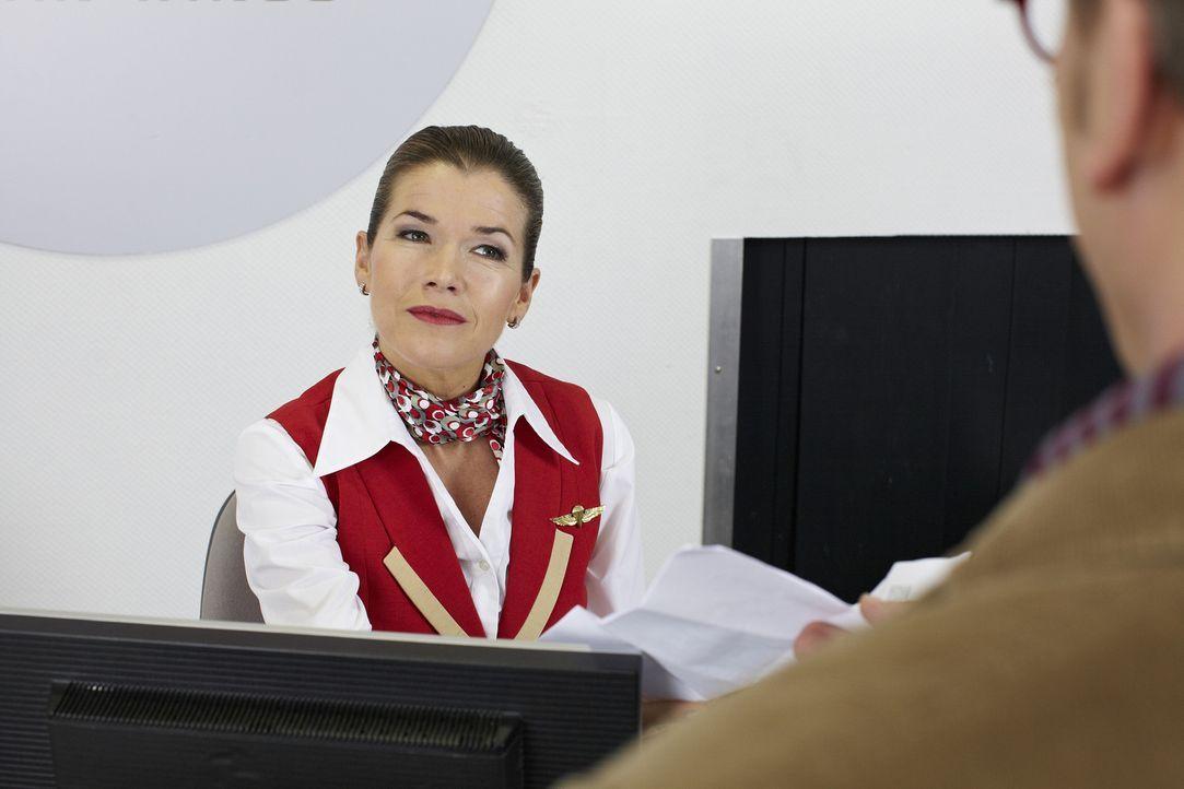 Ein Fluggast kommt an den Check-In-Schalter im Flughafen, weil er eine Frage zu seinem Reiseziel, London, hat. Die Schalterfrau (Anke Engelke) hat e... - Bildquelle: Guido Engels SAT.1