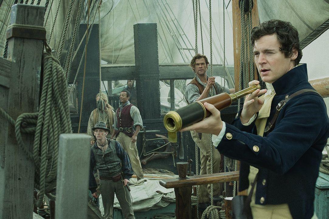 Angeführt von Kapitän Pollard (Benjamin Walker, r.) sticht das Walfängerschiff Essex mit Offizier Owen Chase (Chris Hemsworth, 2.v.r.) und Besatzung... - Bildquelle: Warner Bros.