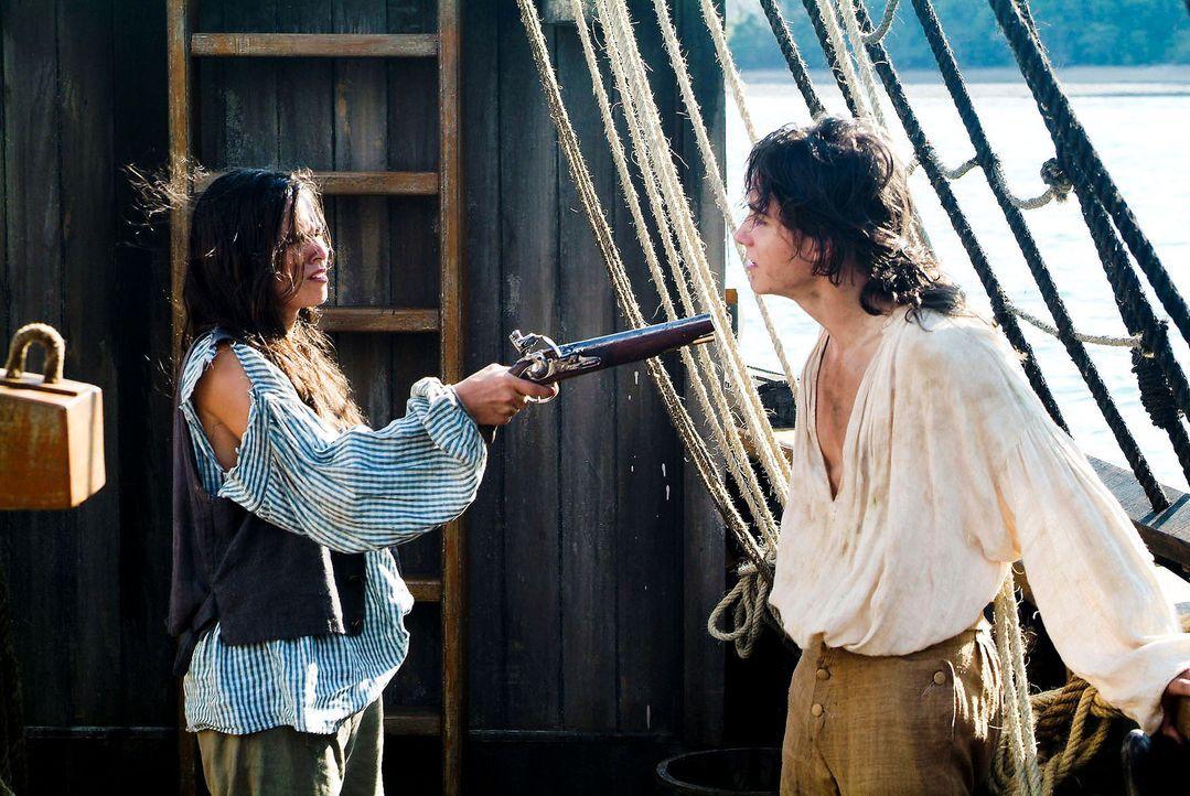 """Als Schiffsjunge Bobby getarnt, gelingt es Sheila (Diane Willems, l.) an Bord der """"Hispaniola"""" zu kommen. Dort gerät sie permanent mit Jim (François... - Bildquelle: ProSieben"""