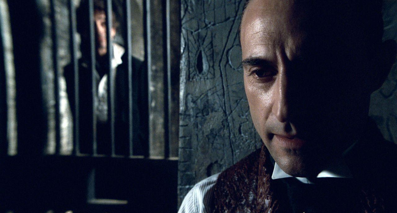 Obwohl Lord Blackwoods (Mark Strong) Hinrichtungstermin immer näher rückt, terrorisiert er seine Mitgefangenen und Wärter damit, dass er mit übernat... - Bildquelle: Warner Brothers
