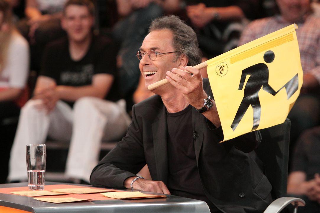 Unter der Leitung von Hugo Egon Balder sollen fünf Stars aus dem Comedybereich kuriose Fragen beantworten ... - Bildquelle: Sat.1