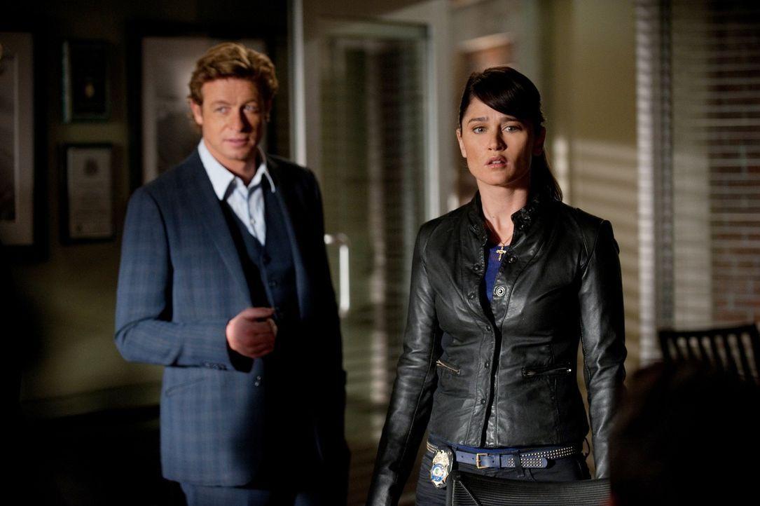 Ein neuer Fall wartet auf Teresa (Robin Tunney, r.) und Patrick (Simon Baker, l.) ... - Bildquelle: Warner Bros. Television