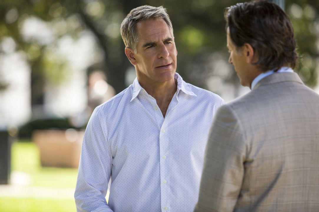 Noch haben Pride (Scott Bakula, l.) und seine Kollegen, keine Spur zum Mörder einer Marinerichterin. Doch kann Councilman Douglas Hamilton (Steven W... - Bildquelle: 2014 CBS Broadcasting Inc. All Rights Reserved.