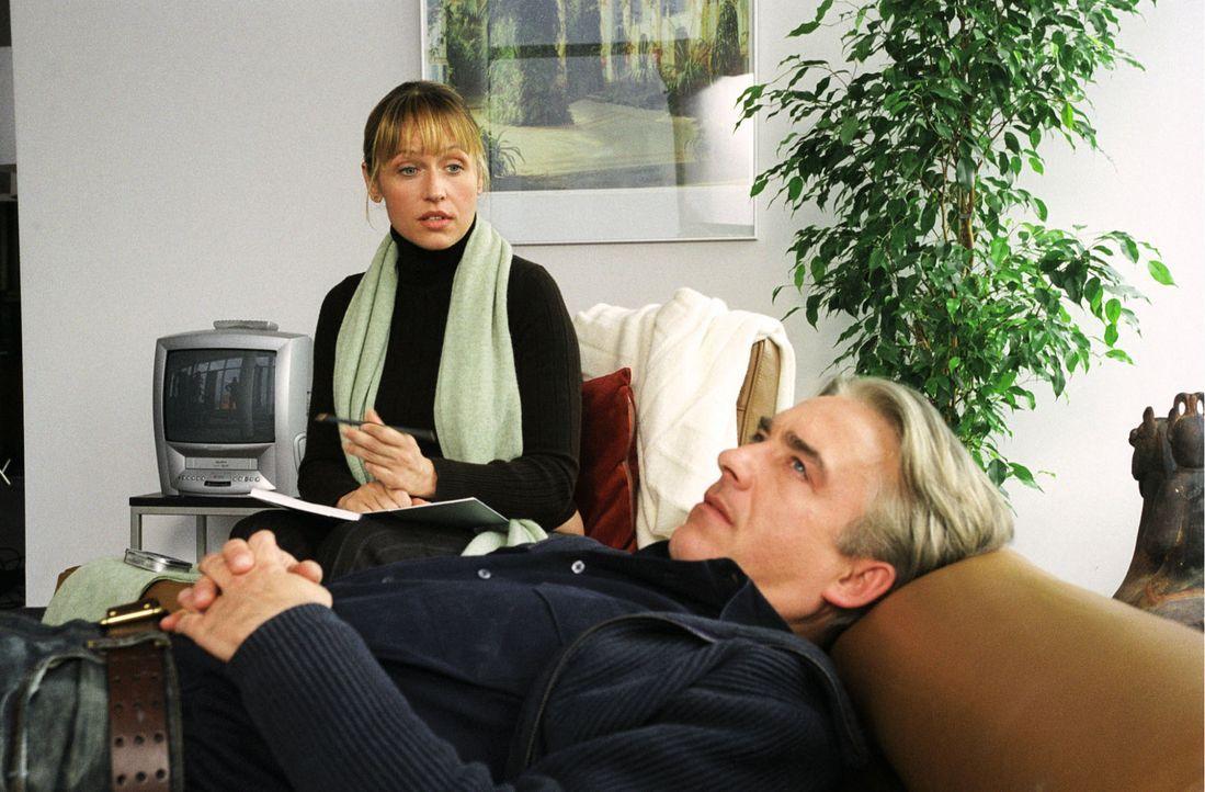 Jo (Christoph M.Ohrt, r.) will natürlich nicht auf der Couch seine Probleme - diese Probleme - bejammern und schon gar nicht vor einer schönen Fra... - Bildquelle: Hardy Spitz Sat.1