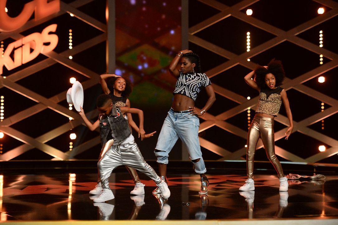 """Nikeata Thompson (2.v.r.) steigt zu den """"D&D Kids"""" auf die Bühne ... - Bildquelle: Willi Weber SAT.1"""
