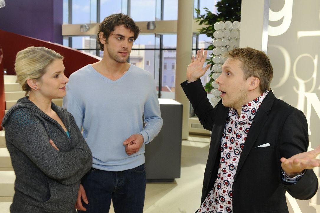 Beautyvertreter Babyface (Oliver Pocher, r.) möchte Anna (Jeanette Biedermann, l.) und Jonas (Roy Peter Link, M.) seine Babypflege Produktserie nam... - Bildquelle: SAT.1
