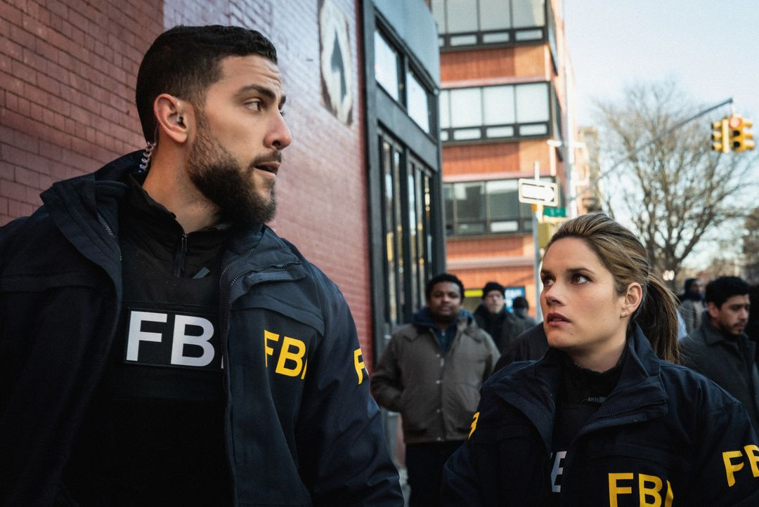 Special Agent Omar Adom 'OA' Zidan (Zeeko Zaki, l.); Special Agent Maggie Bell (Missy Peregrym, r.) - Bildquelle: Elizabeth Fisher 2020 CBS Broadcasting, Inc. All Rights Reserved. / Elizabeth Fisher