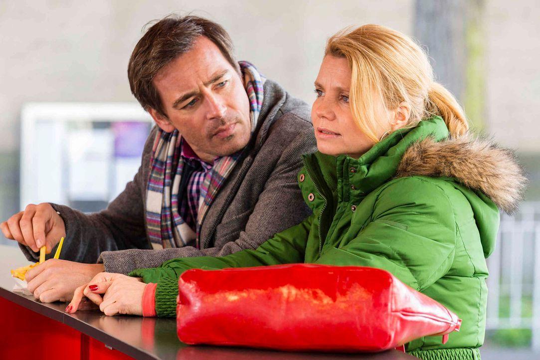 Gemeinsam nehmen sie einen neuen Fall an: Olli (Jan Sosniok, l.) und Danni (Annette Frier, r.) ... - Bildquelle: Frank Dicks SAT.1