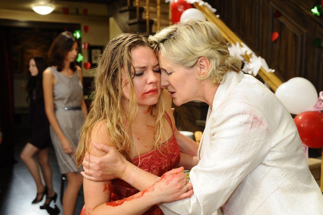 Anna ist von Katjas (Karolina Lodyga, l.) Auftritt total geschockt, während Susanne (Heike Jonca, r.) versucht, ihre Tochter zu beruhigen ... - Bildquelle: Sat.1