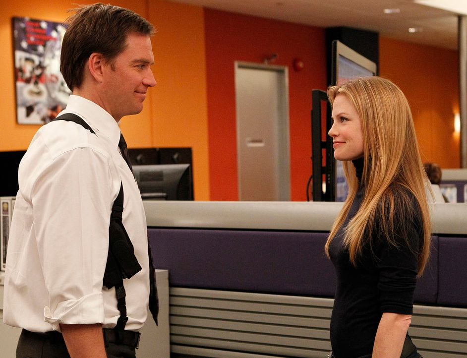NCIS Special Agent E.J. Barrett (Sarah Jane Morris, r.) und Tony (Michael Weatherly, l.) ermitteln in einem neuen Fall ... - Bildquelle: CBS Television