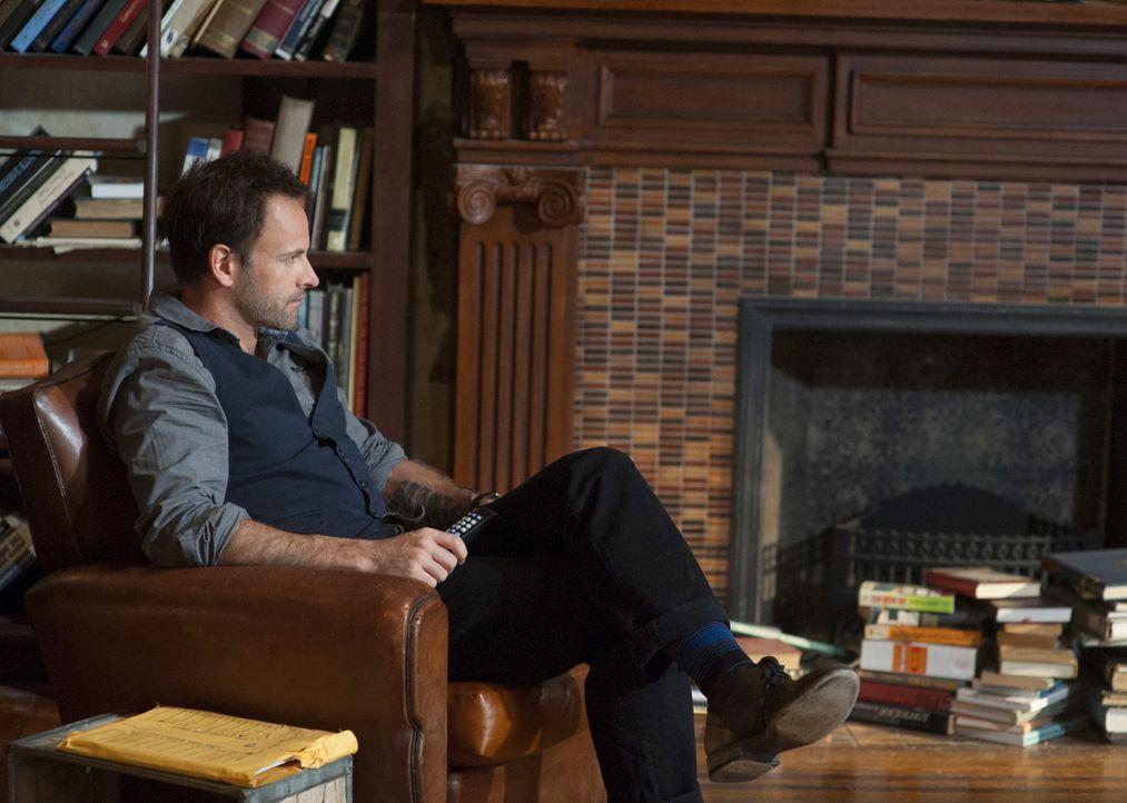 Versucht, einen neuen Mordfall zu lösen: Sherlock Holmes (Jonny Lee Miller) ... - Bildquelle: CBS Television