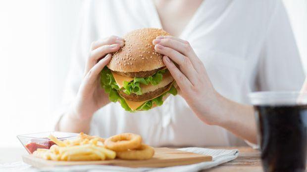 Mittags ist in der Fett-Diät alles erlaubt, was schmeckt – selbst Fastfood.