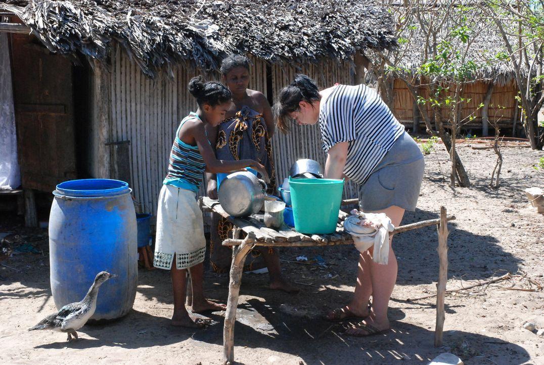 Die 17-jährige Marta (r.) soll auf der Insel Madagaskar endlich begreifen, dass das Leben nicht nur ein Zuckerschlecken ist ... - Bildquelle: kabel eins