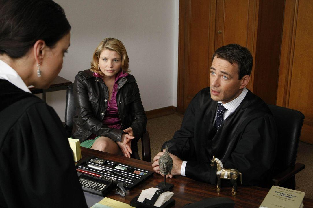 In ihrem Scheidungsfall macht Richterin Matthias (Tatjana Clasing, l.) Danni (Annette Frier, M.) klar, dass sie einen Anwalt braucht. Und wer hätte... - Bildquelle: SAT.1