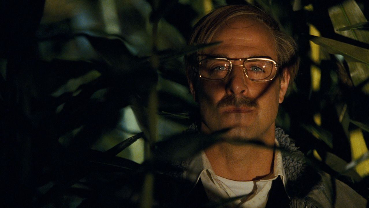 Der Mörder ist der unscheinbare Nachbar: Mr. Harvey (Stanley Tucci) ... - Bildquelle: 2009 DW Studios L.L.C. All Rights Reserved.
