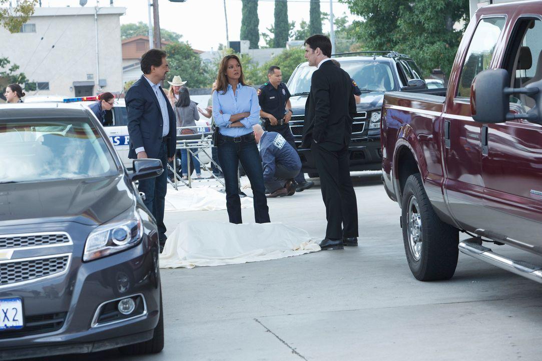 Versuchen, einen neuen Fall zu lösen: Hotch (Thomas Gibson, r.), Rossi (Joe Mantegna, l.) und Agent Tanya Mays (Eva Larue, M.) ... - Bildquelle: ABC Studios