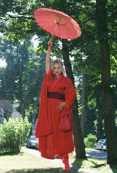 Mechthilde (Eva Hassmann), zauberhaftes Wesen aus einer anderen Zeit, schwebt vom Himmel herab. Noch ahnt niemand, dass sie aus einem ganz bestimmte... - Bildquelle: Sat.1