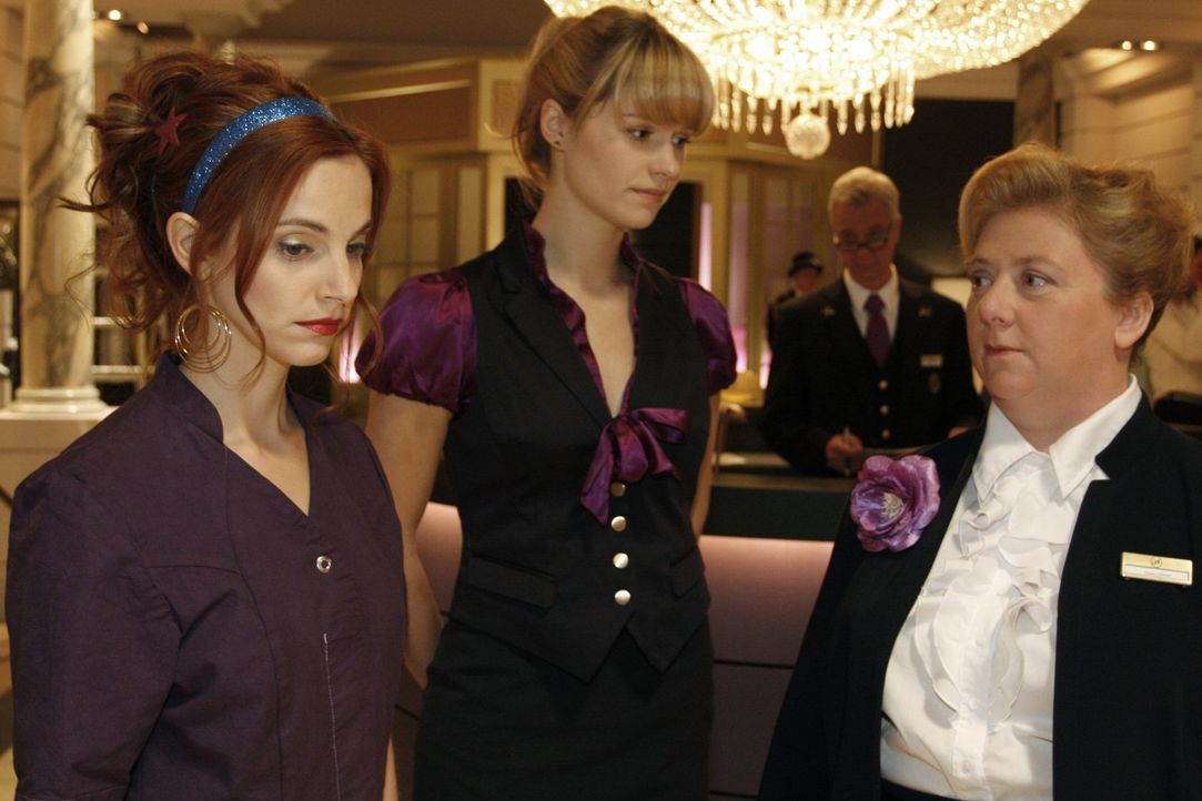 Manu (Marie Zielcke, l.) und Jessica (Isabell Ege, 2.v.l.) müssen sich bei Marcel Rehtaler (Thomas Engel, 2.v.r.) und Paula Gabrian (Regine Hentsch... - Bildquelle: SAT.1