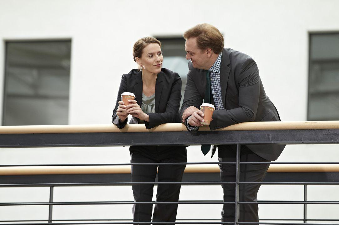 Herr Jacobs (Charly Hübner, r.) und Frau Brockob (Bettina Lamprecht, l.) stehen im Gang mit Kaffeebechern in der Hand, als Frau Dr. Gerling vorbeiko... - Bildquelle: Guido Engels SAT.1